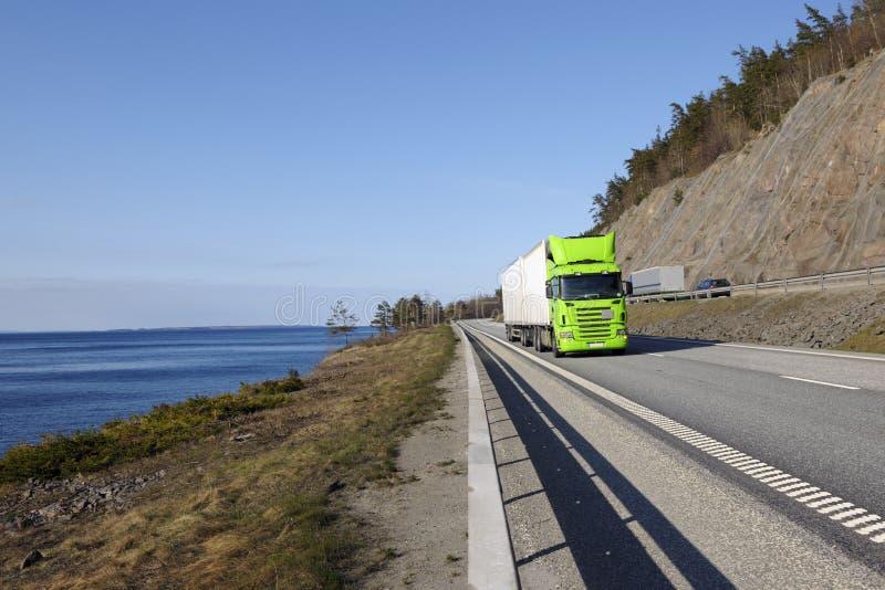 Trasporti l'azionamento su autocarro sulla strada principale larga fotografia stock libera da diritti