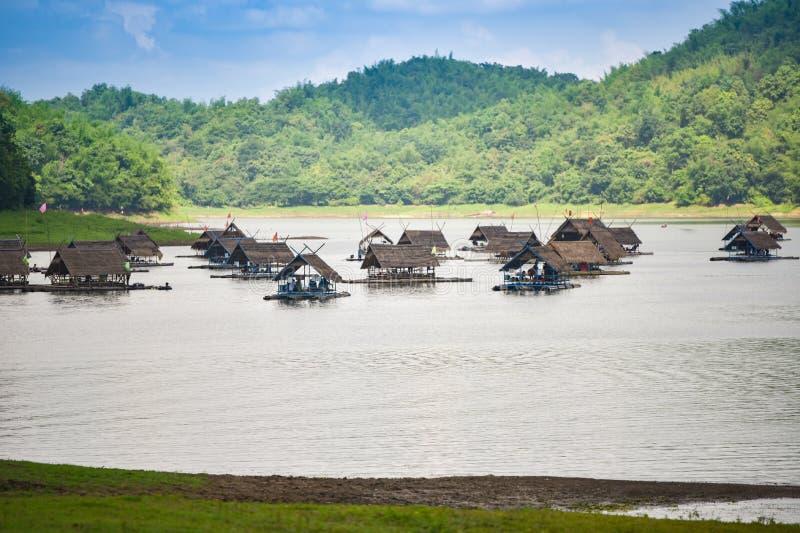 Trasporti la casa con una zattera di barca sul lago della Tailandia fotografia stock libera da diritti
