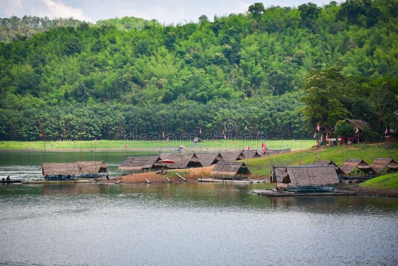 Trasporti la casa con una zattera di barca sul lago della Tailandia immagine stock libera da diritti