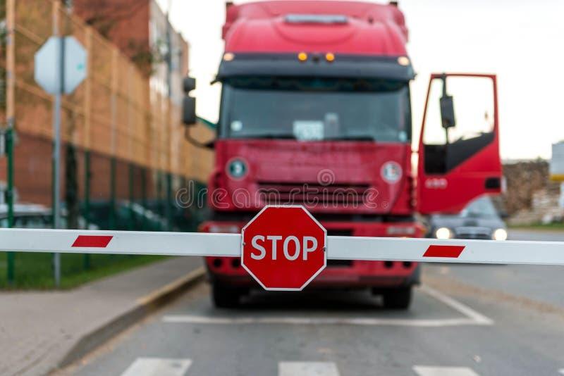 Trasporti la condizione su autocarro alla barriera con un fanale di arresto immagini stock