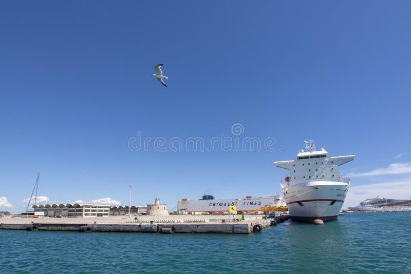 Trasporti la nave che Levante veloce eccellente ha attraccato il porto di Palma fotografia stock