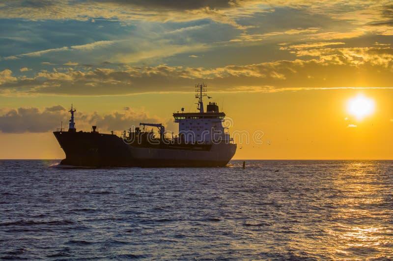 Trasporti la nave sul andare leggero del tramonto port immagine stock libera da diritti
