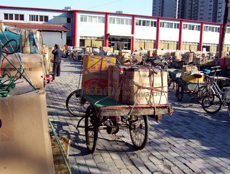 Trasporti le biciclette in un parcheggio della bici a Pechino fotografia stock libera da diritti