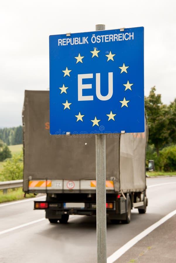 Trasporti passare su autocarro un posto di frontiera di UE (Unione Europea) fotografie stock libere da diritti