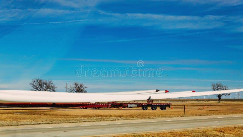 Trasporto con le lame dell'ala dell'energia eolica del camion per l'assemblea immagini stock libere da diritti
