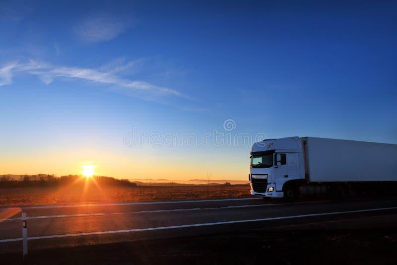 Trasporto del camion sulla strada fotografia stock