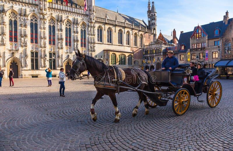 Trasporto del cavallo con i passeggeri a Bruges, patrimonio mondiale di Belg immagini stock