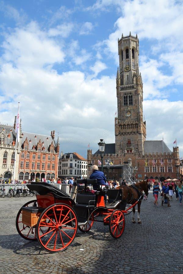 Trasporto del cavallo sul quadrato del mercato a Bruges, Belgio fotografie stock