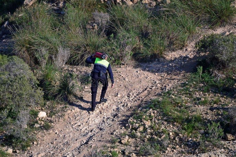 Trasporto dell'estintore ad un fuoco di Bush in Gran Alacant Spagna immagini stock