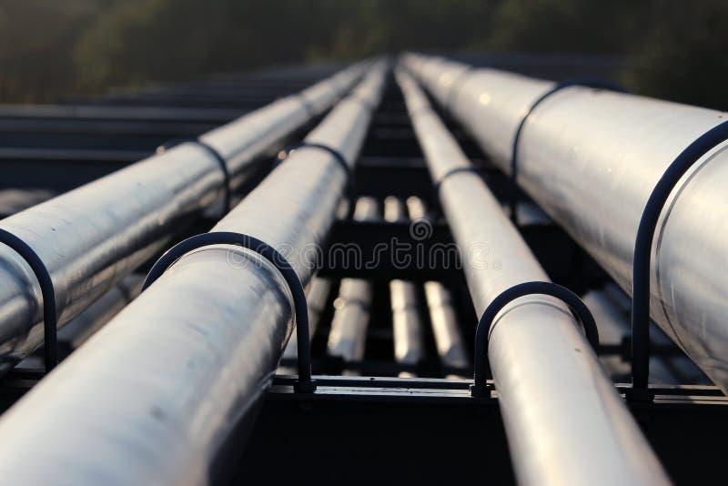 Trasporto della conduttura del petrolio greggio alla raffineria fotografia stock