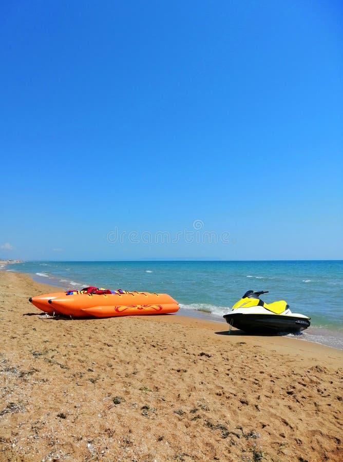 Trasporto della spiaggia banana gonfiabile sulla sabbia fotografia stock