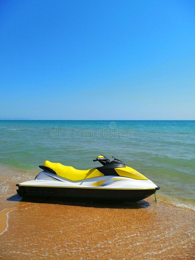 Trasporto della spiaggia catamarano dell'acqua sulla sabbia fotografie stock libere da diritti