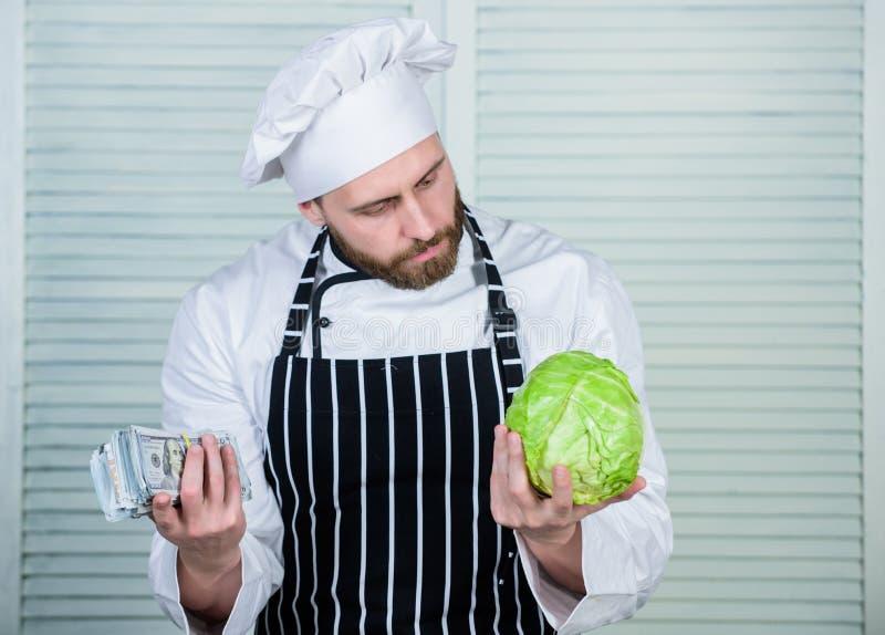 Trasporto di verdure cavolo dell'affare dell'uomo per i dollari l'uomo maturo ama l'alimento sano organico Affare di soldi immagini stock