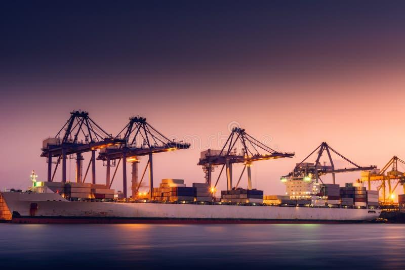 Trasporto e terminale del magazzino di logistica di trasporto , Importazione del contenitore ed esportazione dell'industriale di  fotografia stock