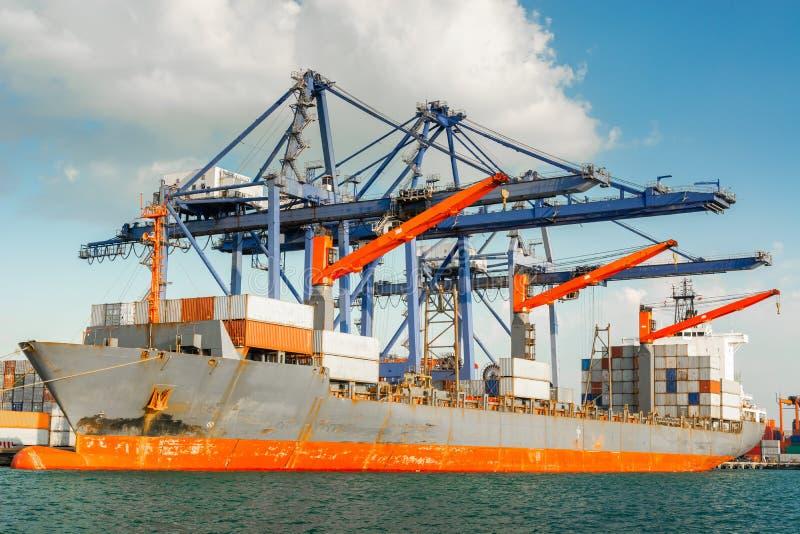 Trasporto e terminale del magazzino di logistica di trasporto , Importazione del contenitore ed esportazione dell'industriale di  fotografie stock libere da diritti