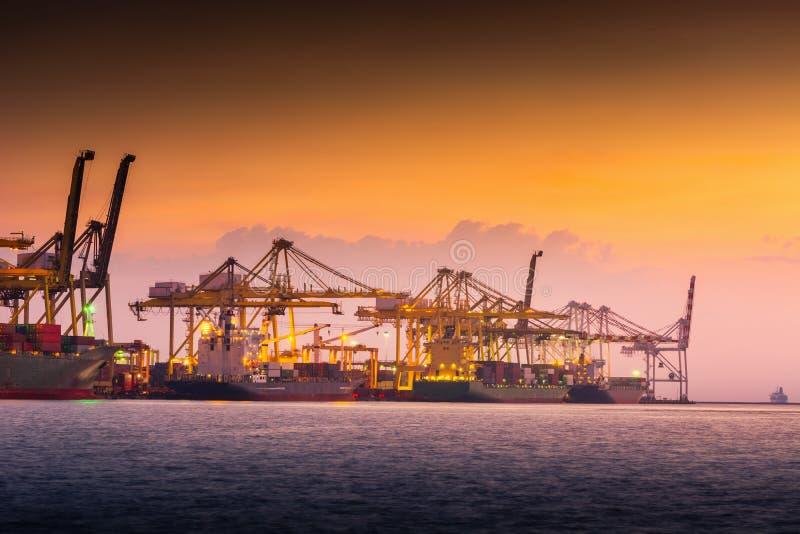 Trasporto e terminale del magazzino di logistica di trasporto , Importazione del contenitore ed esportazione dell'industriale di  immagini stock libere da diritti