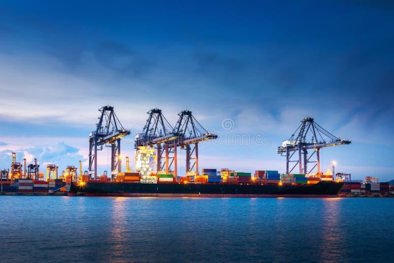 Trasporto e terminale del magazzino di logistica di trasporto , Importazione del contenitore ed esportazione dell'industriale di  fotografie stock