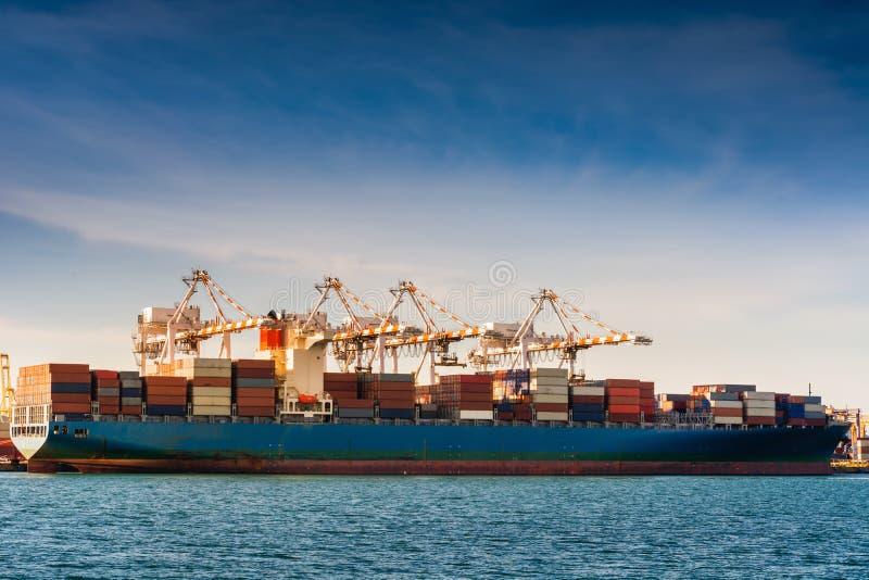 Trasporto e terminale del magazzino di logistica di trasporto , Importazione del contenitore ed esportazione dell'industriale di  immagine stock libera da diritti