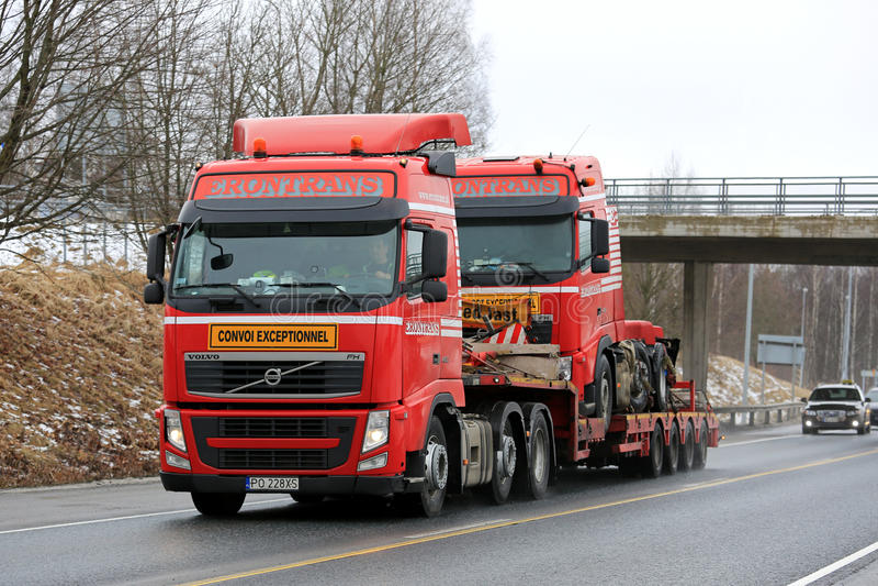 Trasporto eccezionale rosso di Volvo FH del camion identico immagini stock