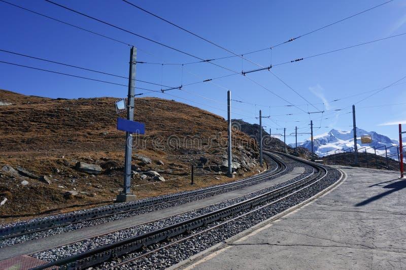 Trasporto ferroviario del bello treno scenico sull'alpe con neve m. immagini stock