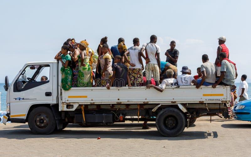 Trasporto malgascio tradizionale dell'automobile della gente fotografia stock