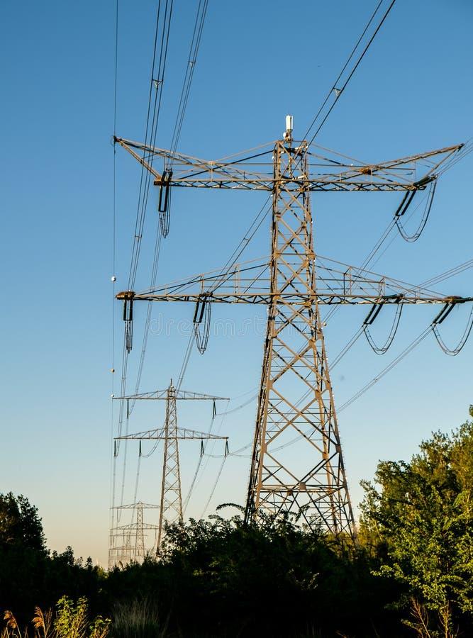 Trasporto moderno di elettricità alle nostre case immagini stock