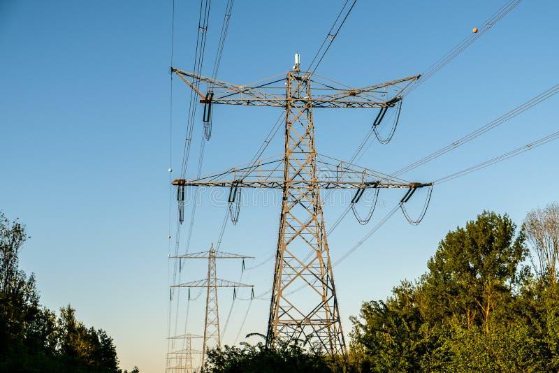 Trasporto moderno di elettricità alle nostre case fotografia stock libera da diritti