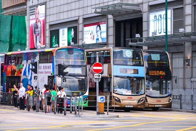 Trasporto pubblico sulla via: Traffico e vita di città nell'affare e nel centro finanziario internazionali asiatici Hon Kong immagine stock libera da diritti