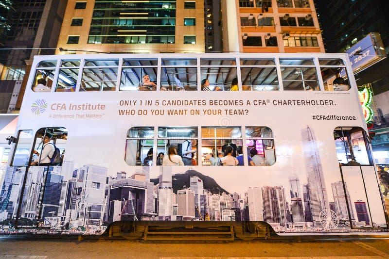 Trasporto pubblico sulla via: Traffico e vita di città nell'affare e nel centro finanziario internazionali asiatici Hon Kong immagine stock