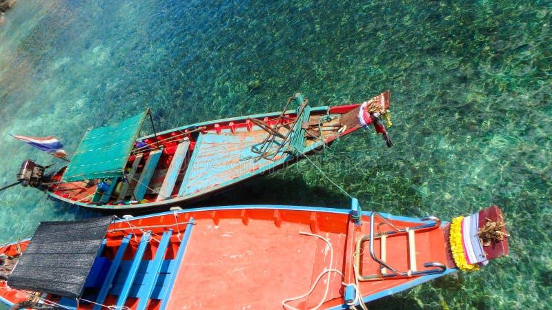 Trasporto tailandese tradizionale munito lungo del mare di stile della barca immagini stock libere da diritti