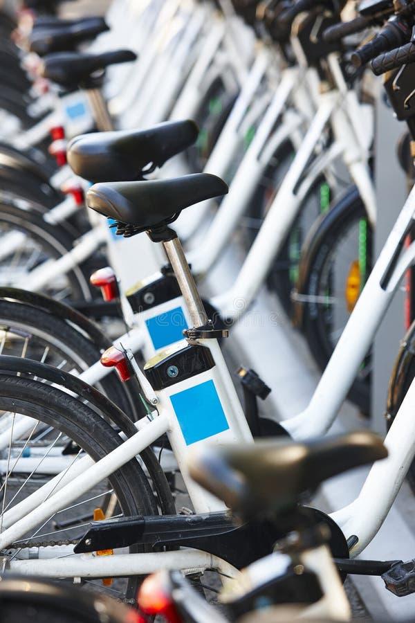 Trasporto urbano ecologico Bici elettriche che caricano le batterie immagine stock libera da diritti