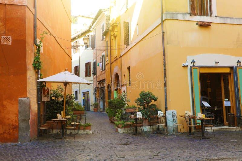 Trastevere i Rom, Italien Cozy Old street i Trastevere i Roms närområde, på den västra banken i Tiber, arkitektur och arkivfoton