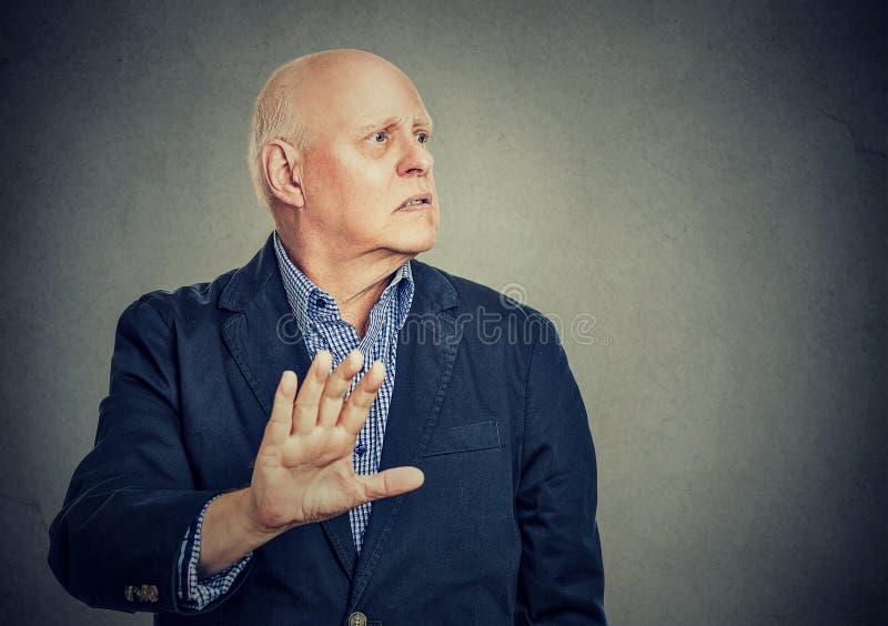 Trastorne al hombre enfadado que da charla a mi gesto de mano foto de archivo