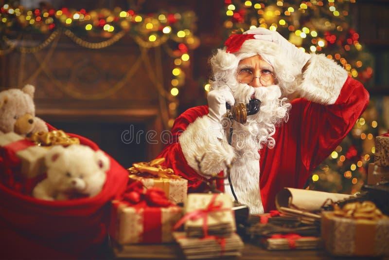 Trastorno triste Papá Noel que habla en el teléfono imagenes de archivo