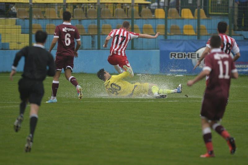 Trastos del fútbol o del fútbol en campo inundado imagen de archivo