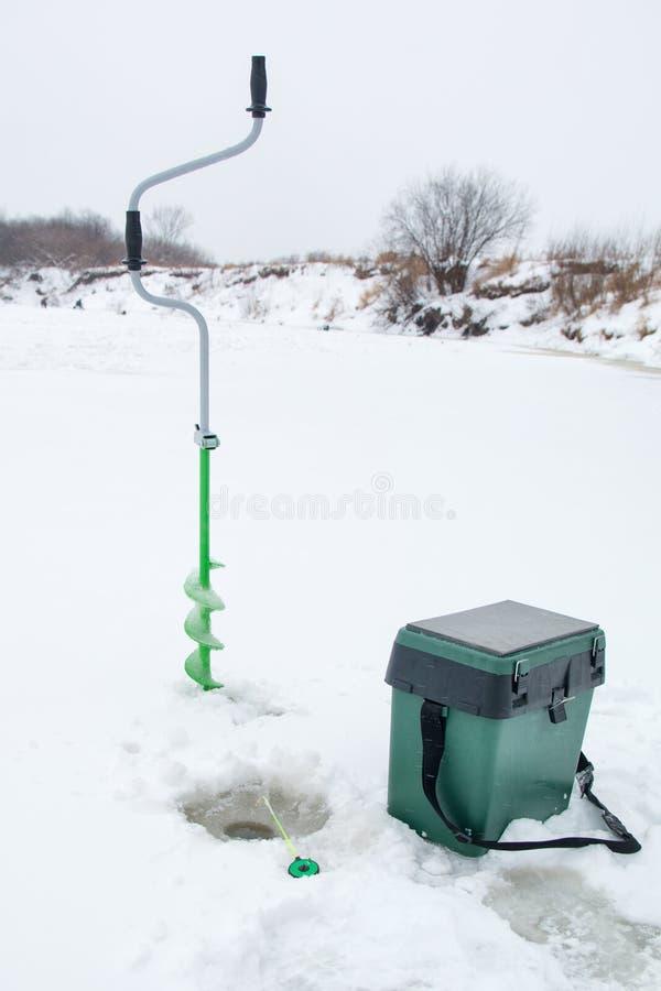 Trastos para la pesca del invierno foto de archivo