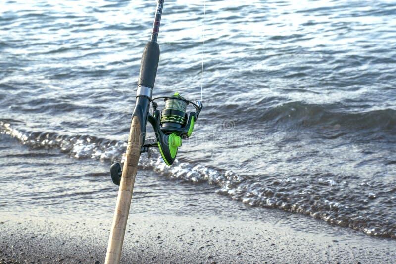 Trastos para pescar Bobina para una calle o un giro camping Pesca en la charca imagen de archivo libre de regalías