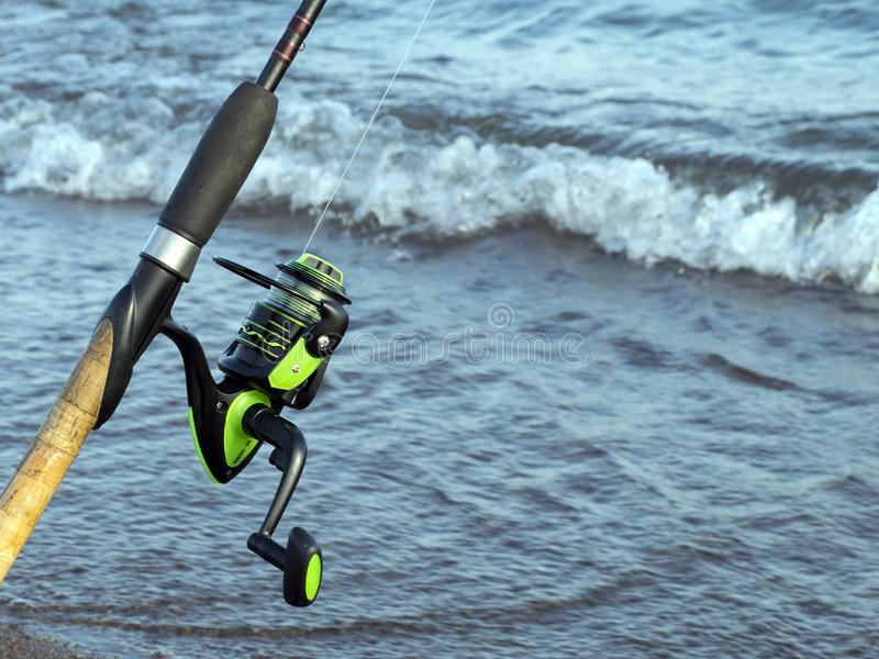 Trastos para pescar Bobina para una calle o un giro camping Pesca en la charca fotografía de archivo libre de regalías