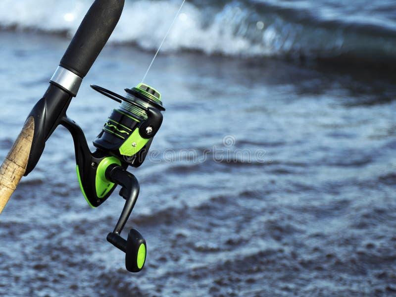 Trastos para pescar Bobina para una calle o un giro camping Pesca en la charca imágenes de archivo libres de regalías