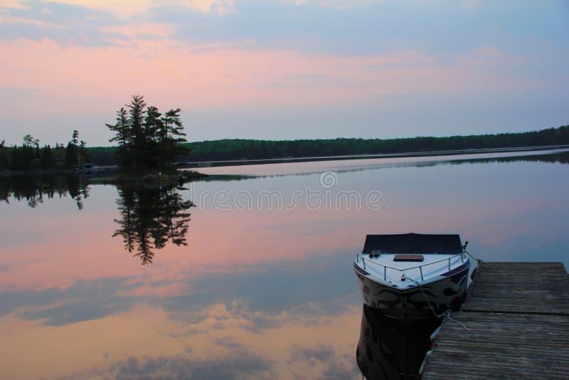 Trasy wschód słońca Podpalany odbicie na wodzie zdjęcie stock