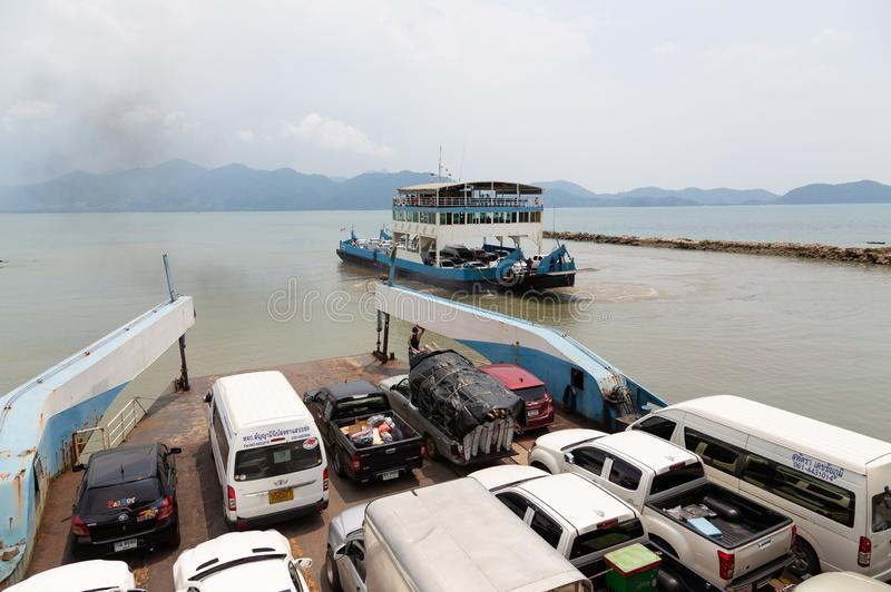 Trat, 1,2019 Ταϊλάνδη-Απριλίου: Το πορθμείο αυτοκινήτων, τα αυτοκίνητα πολλών τουριστών και οι άνθρωποι χρησιμοποιούν την υπηρεσί στοκ εικόνες