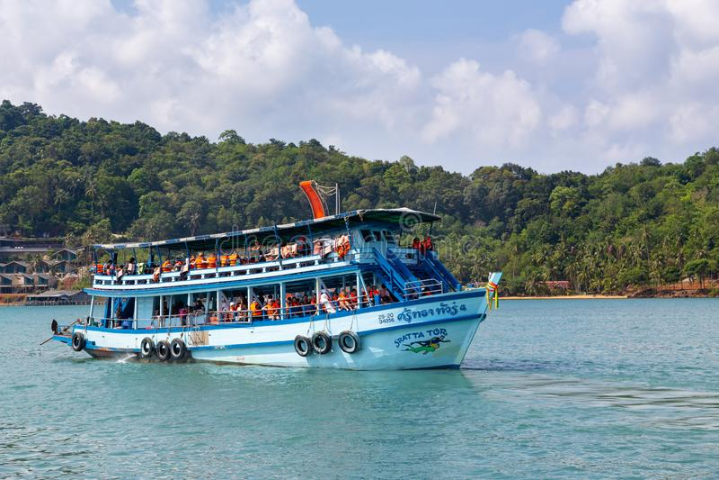 Trat, Tailândia-abril 2,2019: Aluguer que remove turistas para viagens de mergulho, curso do barco em vários pontos bonitos no ma fotografia de stock