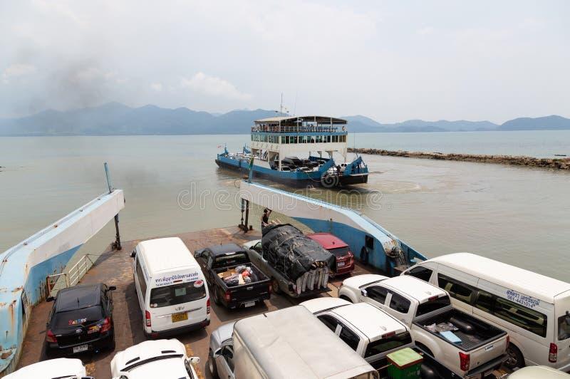 Trat, Tailândia-abril 1,2019: A balsa de carro, os carros de muitos turistas e os povos usam o serviço de balsa a Koh Chang no po imagens de stock
