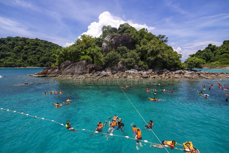 TRAT, TAILÂNDIA MAIO 13,2017: Os povos flutuam mergulhar em torno da ilha pequena foto de stock