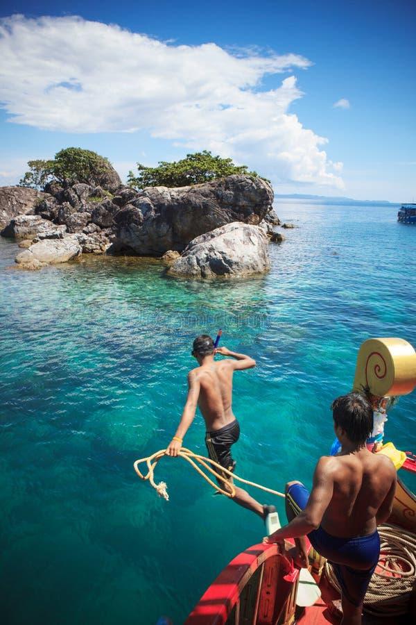TRAT TAILANDIA - OCT29: trabajador del barco con la cuerda que salta al th imágenes de archivo libres de regalías