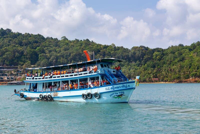 Trat, 2,2019 Thailand-April: Boothuur die toeristen voor het duiken reizen, reis in diverse mooie vlekken in het overzees neemt, stock fotografie