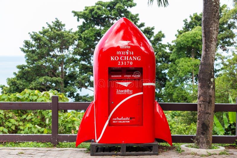 Trat, Thailand-April 2,2019: Schöner roter Postbox, moderne Raketenform, gelegen am Standpunkt in Koh Chang lizenzfreie stockfotos