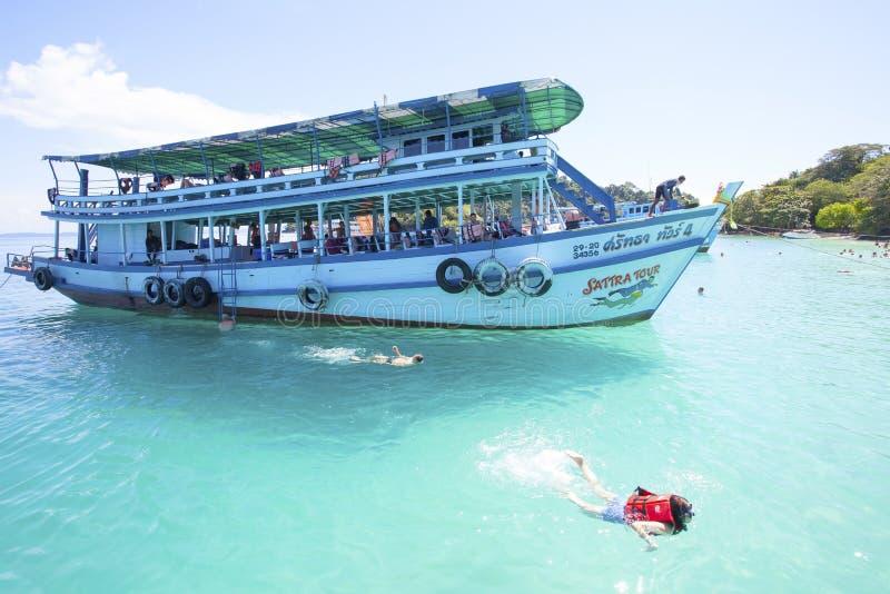 TRAT THAILAND - OCT29: besökarefartyg och handelsresande som snorklar och royaltyfria foton