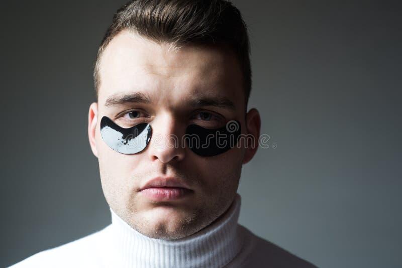 Tratamento da beleza Cuidado de pele Conceito do Metrosexual Tratamentos focalizados para a ?rea inferior do olho Minimiza o puff imagem de stock