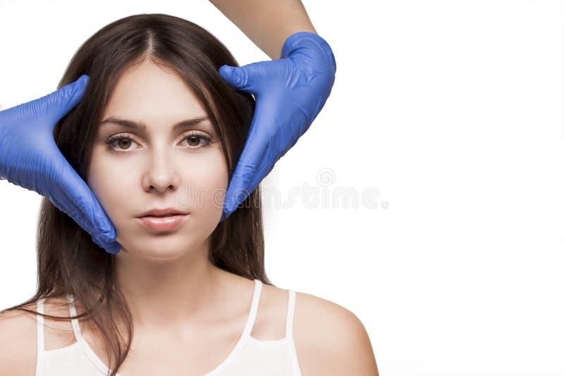 Tratamento da mulher dos termas Clínica da dermatologia do doutor Cosmetologia, pele da beleza fotos de stock